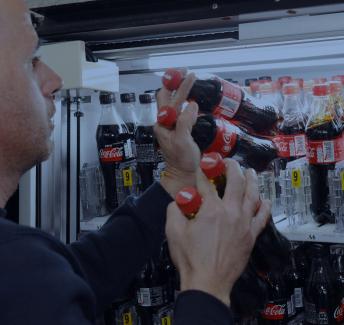 העמסה של בקבוקי שתייה במכונה